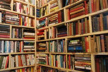 Books jumbled on book shelves